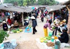 : Asiatiska kvinnor som säljer frukt i marknaden Arkivfoton