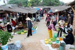 Asiatiska kvinnor som säljer frukt i marknaden Royaltyfria Foton