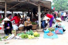 Asiatiska kvinnor som säljer frukt i marknaden Fotografering för Bildbyråer