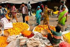 Asiatiska kvinnor väljer blommorna på fullsatt blomma marknadsför Royaltyfri Bild