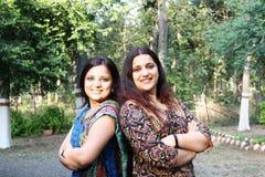 asiatiska lyckliga indiska systrar mycket arkivfoton