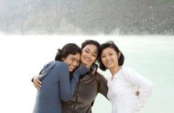 asiatiska lyckliga systrar tre Royaltyfri Foto