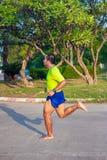Asiatiska m?n k?r barfota starkt med en kraftig benmuskelpacke g?r att k?ra naturligt royaltyfri foto