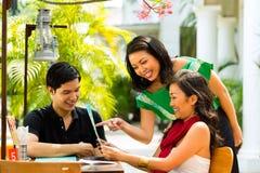 Asiatisk man och kvinna i restaurang Fotografering för Bildbyråer