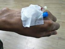 Asiatiska manliga händer har ett rör som behandlar sjukdom Från doktorer royaltyfri bild
