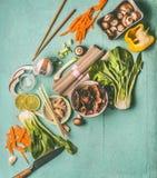 Asiatiska matingredienser för smaklig vegetarisk matlagning och att äta: nudlar choy pak, högg av grönsaker, pinnar Royaltyfri Foto