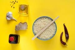 Asiatiska matingredienser, kryddor och såser på en gul bakgrund Arkivbilder