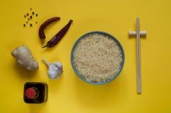 Asiatiska matingredienser, kryddor och såser på en gul bakgrund Arkivbild