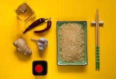 Asiatiska matingredienser, kryddor och såser på en gul bakgrund Begreppet av den populäraste kinesdisken, kopieringsutrymme Royaltyfri Fotografi