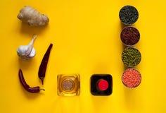 Asiatiska matingredienser, kryddor och såser på en gul bakgrund Begreppet av den populäraste kinesiska disken kopierar utrymme Arkivfoton