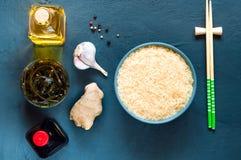 Asiatiska matingredienser, kryddor och såser på en lila bakgrund Begreppet av den populäraste kinesdisken, kopieringsutrymme Arkivfoto