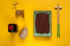 Asiatiska matingredienser, kryddor och såser på en ljus gul bakgrund, bästa sikt, kopieringsutrymme Royaltyfria Bilder