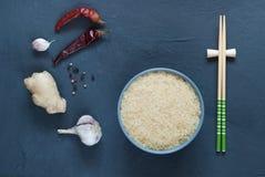Asiatiska matingredienser, kryddor och såser på en mörk bakgrund Arkivfoto