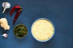 Asiatiska matingredienser, kryddor och såser på en mörk bakgrund Begreppet av den populäraste kinesdisken, bästa sikt, kopierings Royaltyfri Fotografi