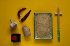 Asiatiska matingredienser, kryddor och såser på en solig gul bakgrund, bästa sikt, kopieringsutrymme Arkivbilder