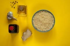 Asiatiska matingredienser, kryddor och såser på en solig gul bakgrund Några typer av asiatisk kokkonst, bästa sikt, kopieringsutr Royaltyfri Bild