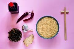 Asiatiska matingredienser, kryddor och såser på ett ljus - purpurfärgad bakgrund Begreppet av den populäraste kinesdisken, kopier Royaltyfria Bilder