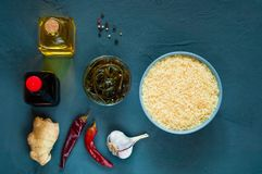 Asiatiska matingredienser, kryddor och såser på ett ljus - purpurfärgad bakgrund Begreppet av det populäraste kinesiska dishekopi Royaltyfri Bild
