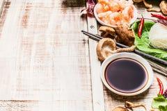 Asiatiska matlagningingredienser för soya på lantlig träbakgrund royaltyfri foto