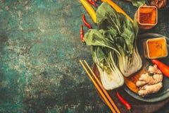 Asiatiska matlagningingredienser med pinnar på tappningbakgrund, bästa sikt royaltyfri bild