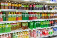 Asiatiska matmarknader, olika anstrykningar av te och drinkar på hyllan Arkivfoto