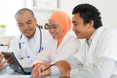 Asiatiska medicinska doktorer som diskuterar på sjukhuskontoret royaltyfria bilder