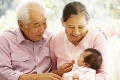 Asiatiska morföräldrar med behandla som ett barn Royaltyfri Fotografi