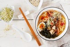 Asiatiska nudlar för MisoRamen med kålkimchien, havsväxt, ägg, champinjoner arkivfoton