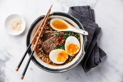 Asiatiska nudlar för MisoRamen med nötkött och ägget Royaltyfri Bild