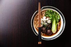 Asiatiska nudlar för MisoRamen med shiitaken, tofuen och pak choi Arkivbild