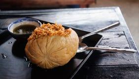 Asiatiska nudlar i maträtten Arkivfoton