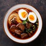Asiatiska nudlar med nötkött och ägget Royaltyfria Foton