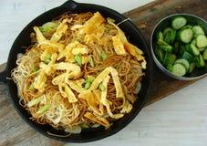 Asiatiska nudlar med omelettremsor Arkivbild