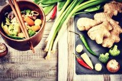 Asiatiska nudlar med stekte under omrörning grönsaker många bakgrundsklimpmat meat mycket Arkivbilder