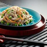 Asiatiska nudlar Soba med grönsaker Royaltyfri Bild