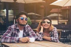 Asiatiska och arabiska studentpar i kafé arkivbild