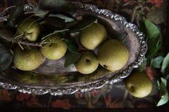 Asiatiska päron på det skamfilade tennuppläggningsfatet arkivbilder