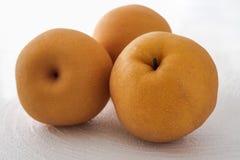 Asiatiska päron på vit bakgrund, jambopäron arkivfoton