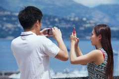 Asiatiska par gör foto på synvinkeln i Monaco Arkivbilder