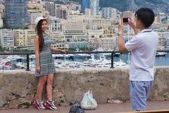 Asiatiska par gör fotoet på synvinkeln i Monaco Royaltyfri Foto