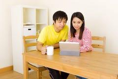 Asiatiska par genom att använda minnestavlan tillsammans Royaltyfri Bild