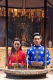 Asiatiska par i buddistisk tempel arkivfoto