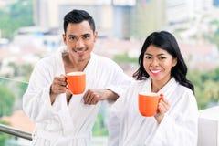 Asiatiska par i morgonframdel av stadshorisont Arkivbild
