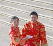 Asiatiska par i traditionell kläder som äter frukosten Royaltyfri Foto