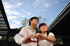 asiatiska par iii älskar barn Arkivbild