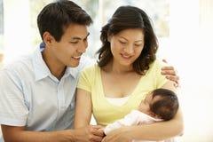 Asiatiska par med behandla som ett barn Royaltyfria Foton