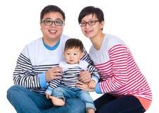 Asiatiska par med behandla som ett barn sonen Royaltyfri Bild