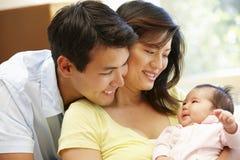 Asiatiska par och behandla som ett barn Arkivbilder