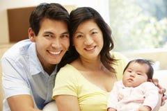 Asiatiska par och behandla som ett barn Royaltyfri Foto