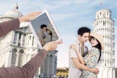 Asiatiska par på det Pisa tornet Italien Arkivfoton